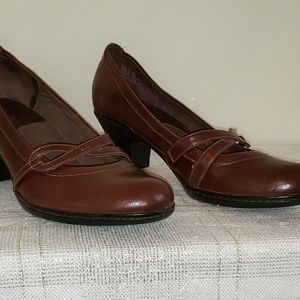 Clarks brown strappy shoe low heel. 9 M NEW